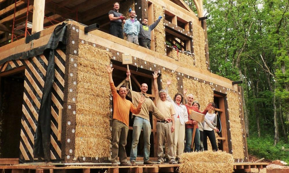 Vous voulez construire votre maison écolo ? Des bénévoles vous aident !