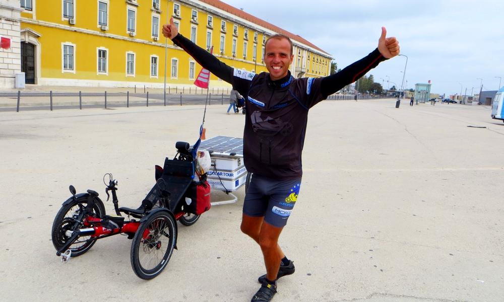 Il a fait le tour d'Europe sur un vélo... solaire