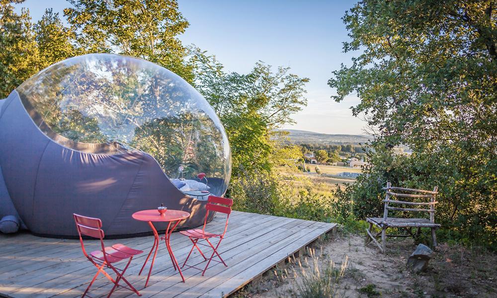Détour par des maisons bulles, pour dormir à la belle étoile