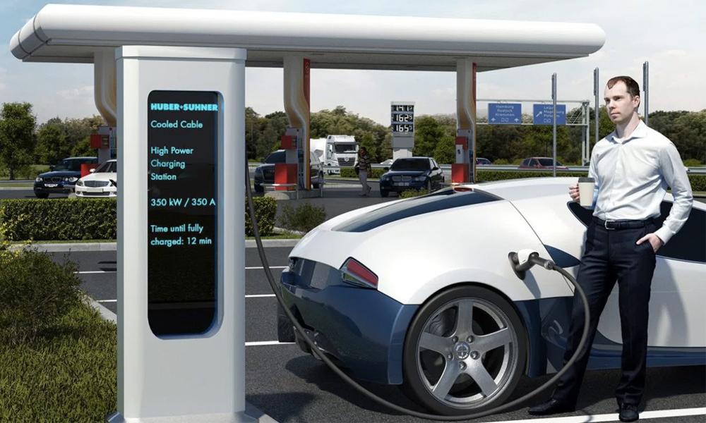 Voiture électrique : les stations de recharge ultra rapide débarquent (enfin) en Europe