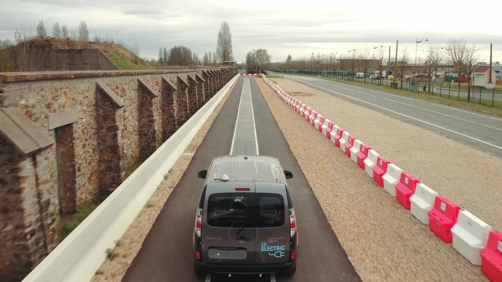 Conduire son véhicule pendant que la route le recharge, c'est possible en France