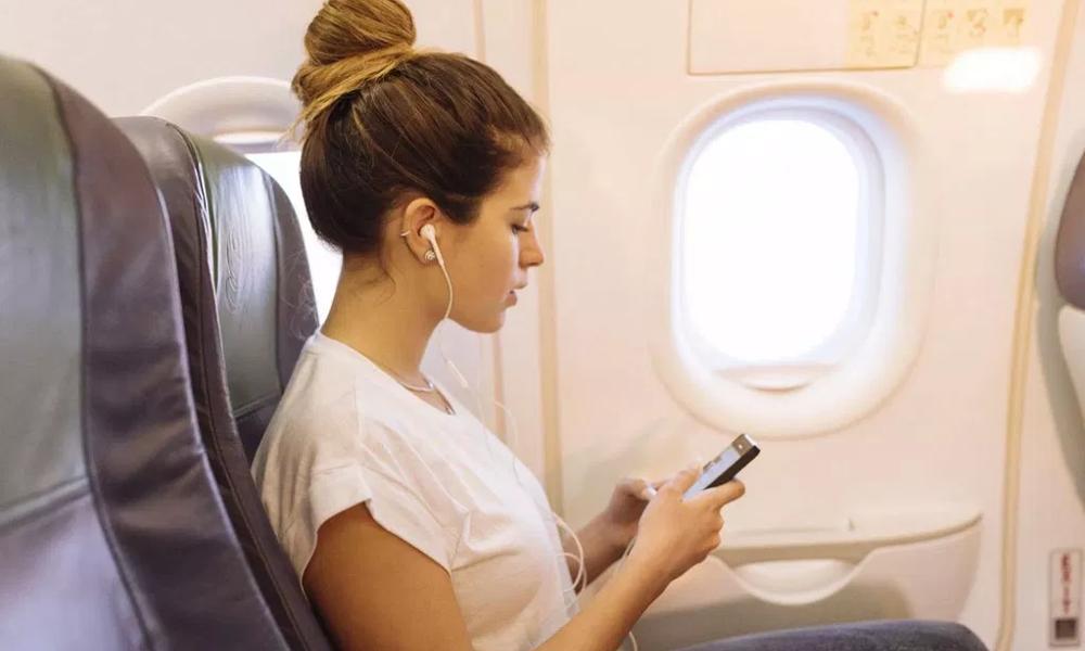 Trois passagers sur dix ne veulent pas déconnecter en avion