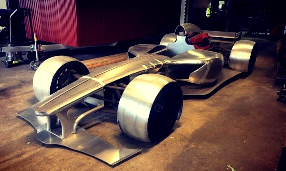 Il récupère un moteur de Ferrari et se construit une F1 dans son garage