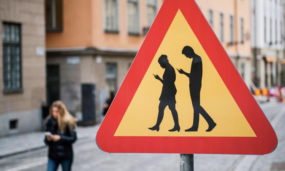En Italie, les piétons accros au smartphone risquent 22 € d'amende