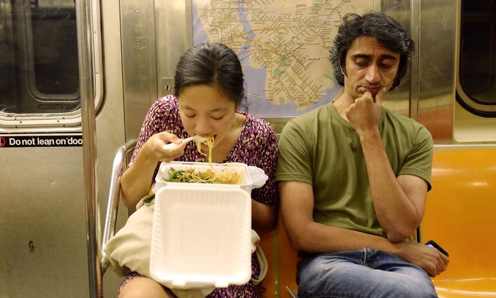 À Tokyo, on offre des nouilles à ceux qui prennent le métro avant l'heure de pointe