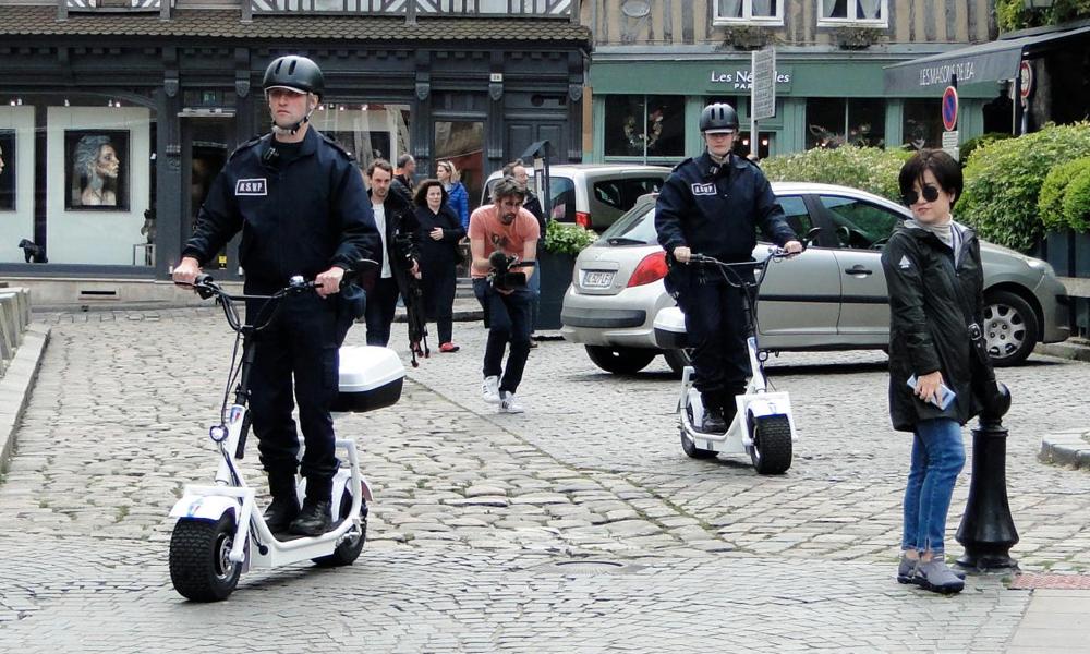 Beaux gosses, les flics de Honfleur patrouilleront désormais en trottinettes électriques