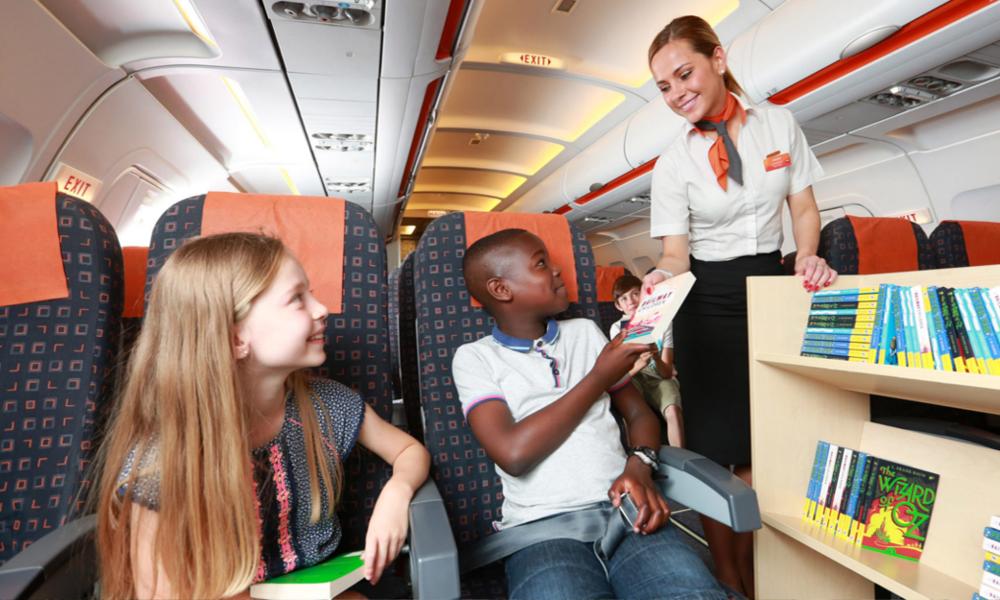 Pour lutter contre les écrans, EasyJet distribue des livres aux enfants dans ses avions