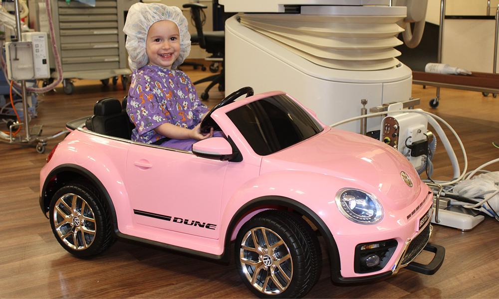 Des mini-voitures pour aider les enfants malades à se relaxer avant l'opération
