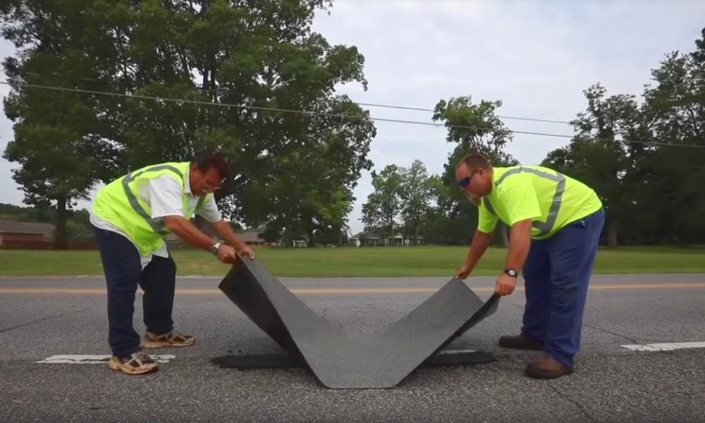 """Ils créent un """"pansement"""" pour réparer les routes en 10 minutes chrono"""