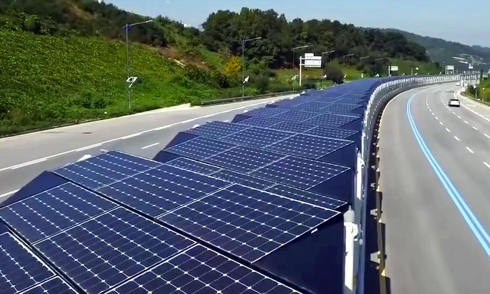 Cette piste cyclable passe au milieu de l'autoroute et produit de l'énergie