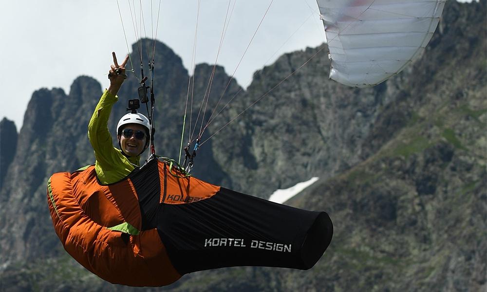 Il parcourt les Alpes en parapente pour chasser la pollution