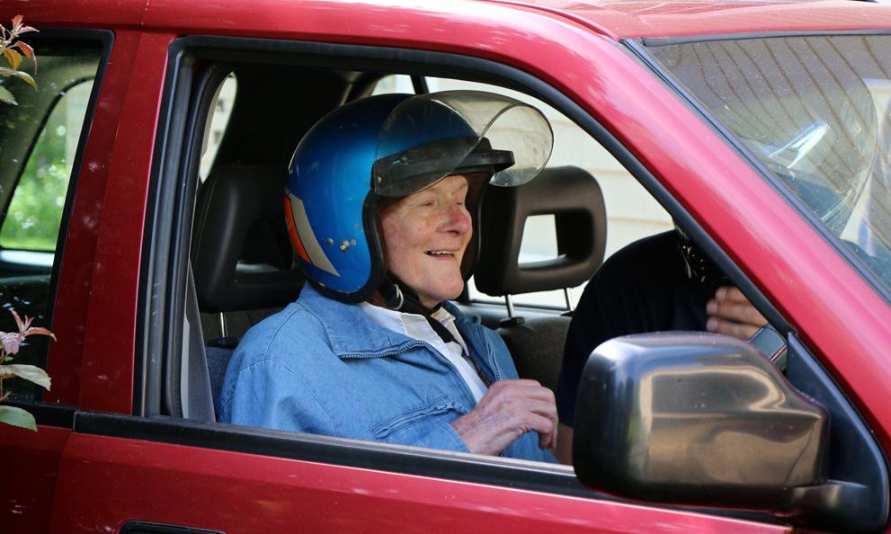 Prévention routière : faut-il rendre le port du casque obligatoire en voiture ?