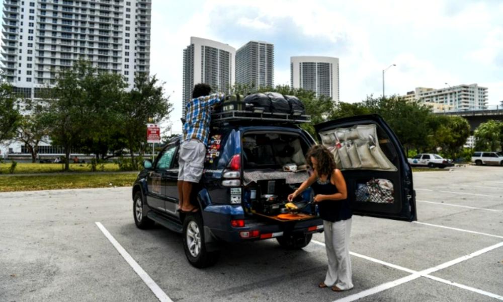 Parti pour un tour du monde, ce couple est aujourd'hui bloqué sur un parking