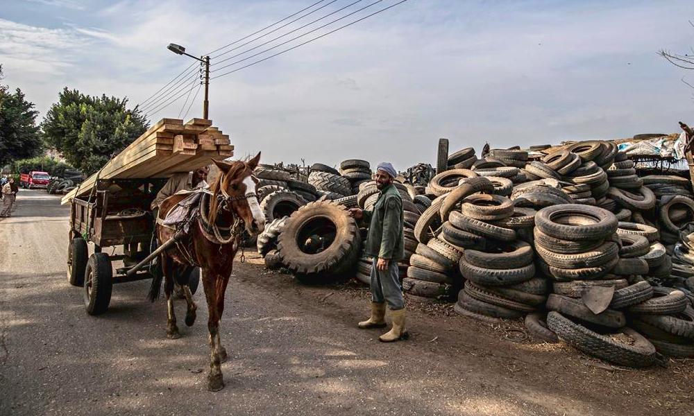 En Afrique, il existe un village où l'on recycle les pneus de père en fils