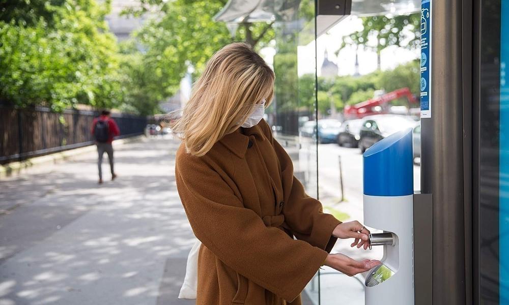 Contre le COVID-19, les abribus deviennent des distributeurs de gel hydroalcoolique