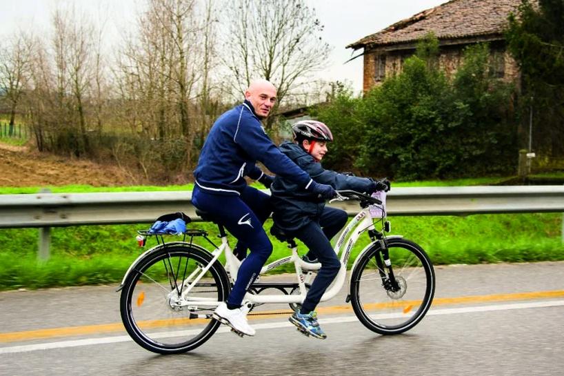 Son fils est atteint d'autisme, il lui crée un vélo 2 places