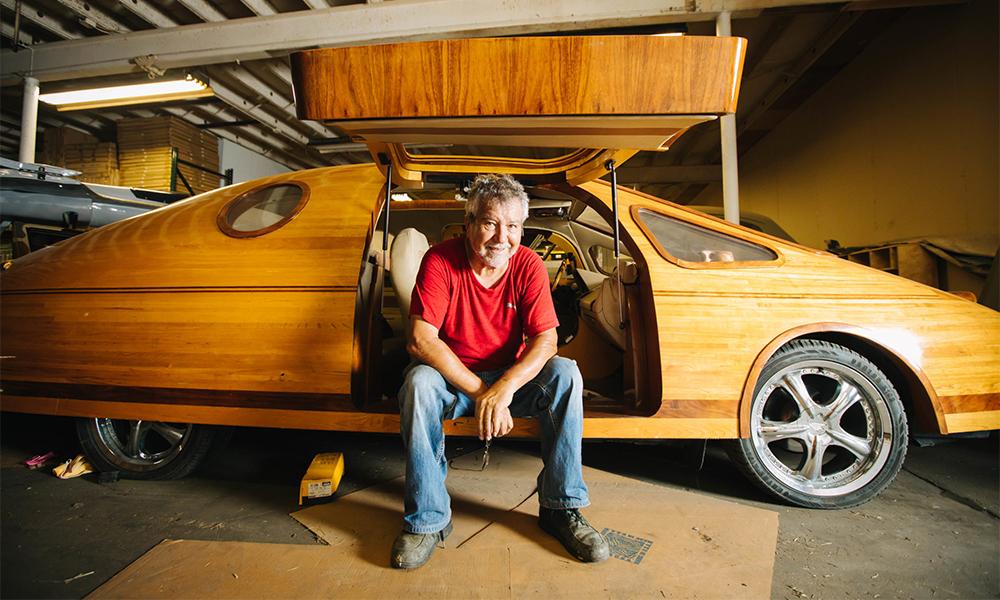 Depuis 20 ans, cet homme construit les plus belles voitures en bois