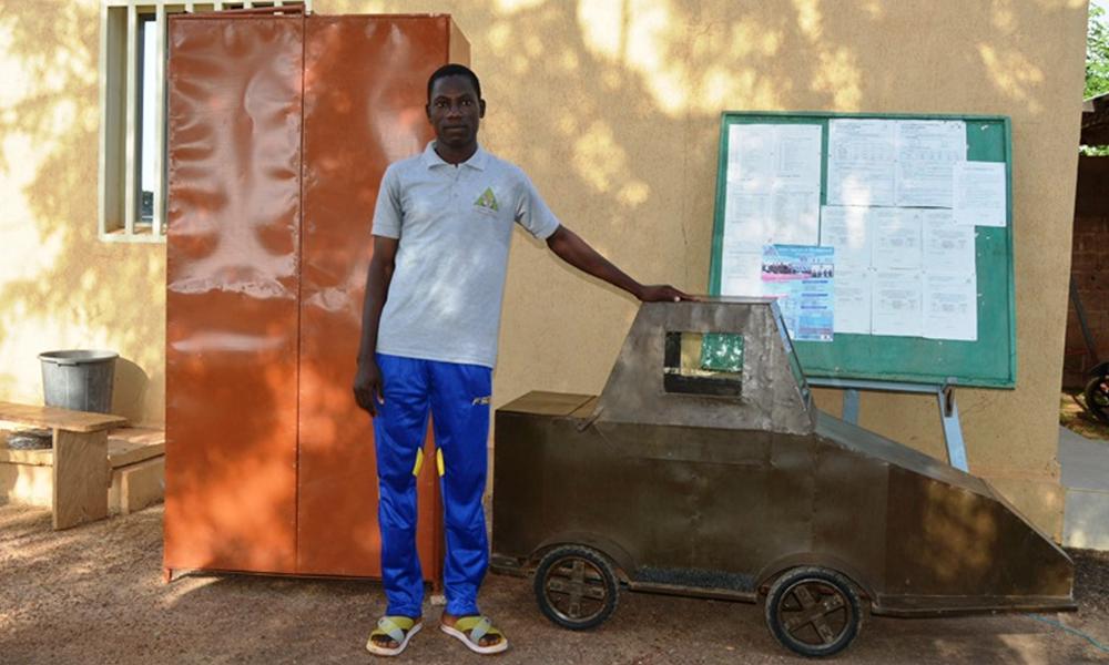 À 19 ans, il fabrique une mini voiture électrique