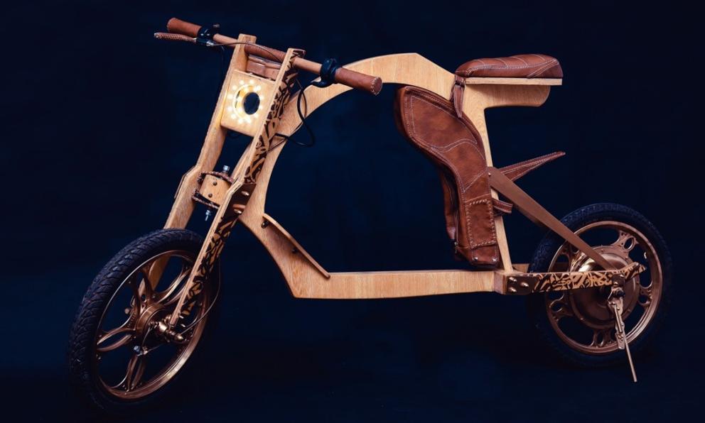 Stylé comme jamais sur cette moto électrique en bois et en cuir