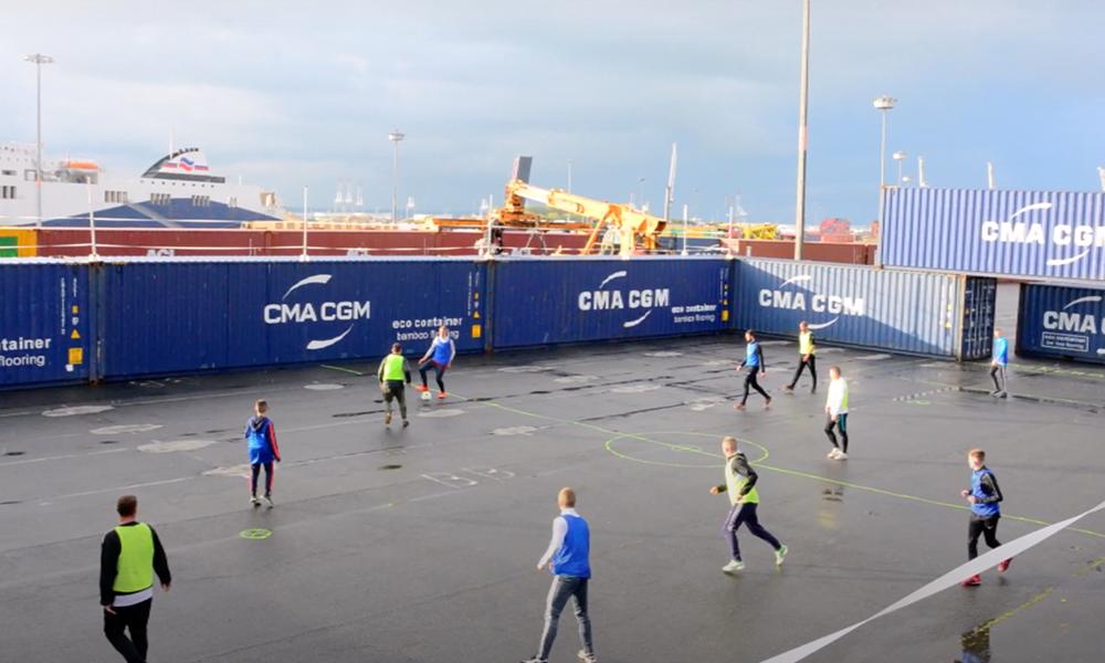 Au Havre, des dockers recyclent des conteneurs en… terrain de foot