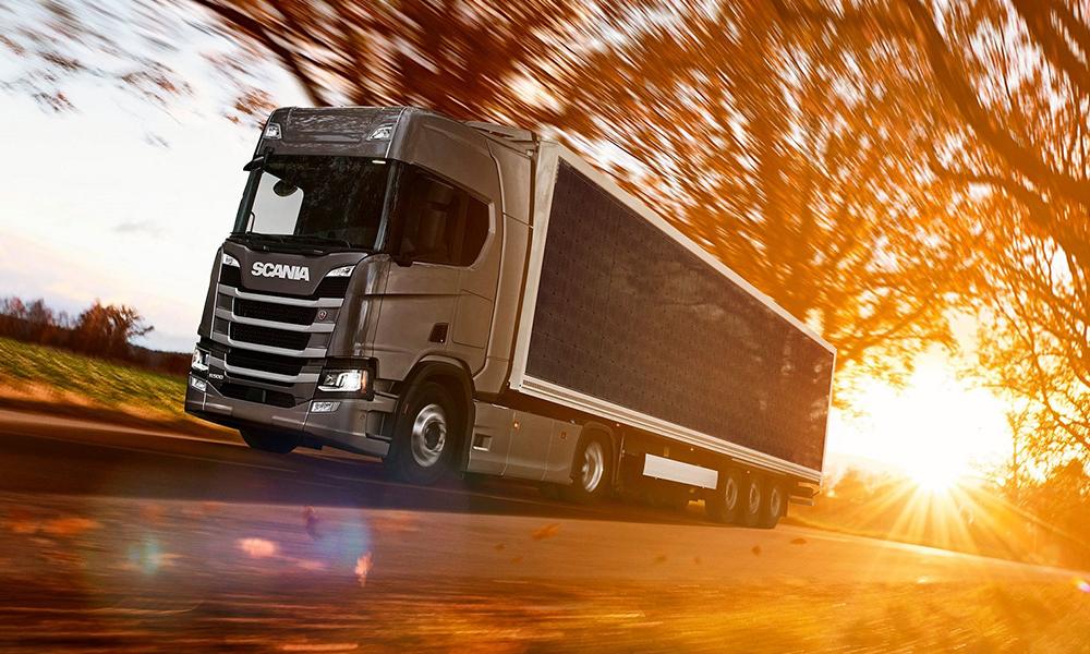 Scania teste un camion qui carbure aux panneaux solaires