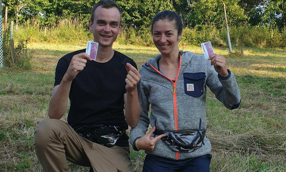 Ces Français font le tour du monde en transportant leurs déchets dans un sac banane