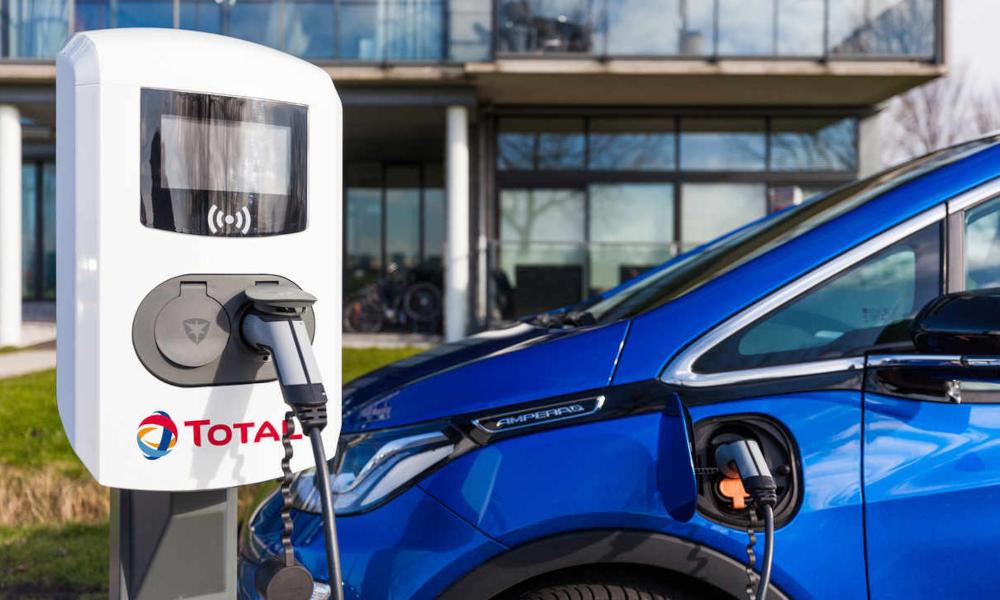 Finalement, Paris confie ses bornes de recharge électriques à… Total