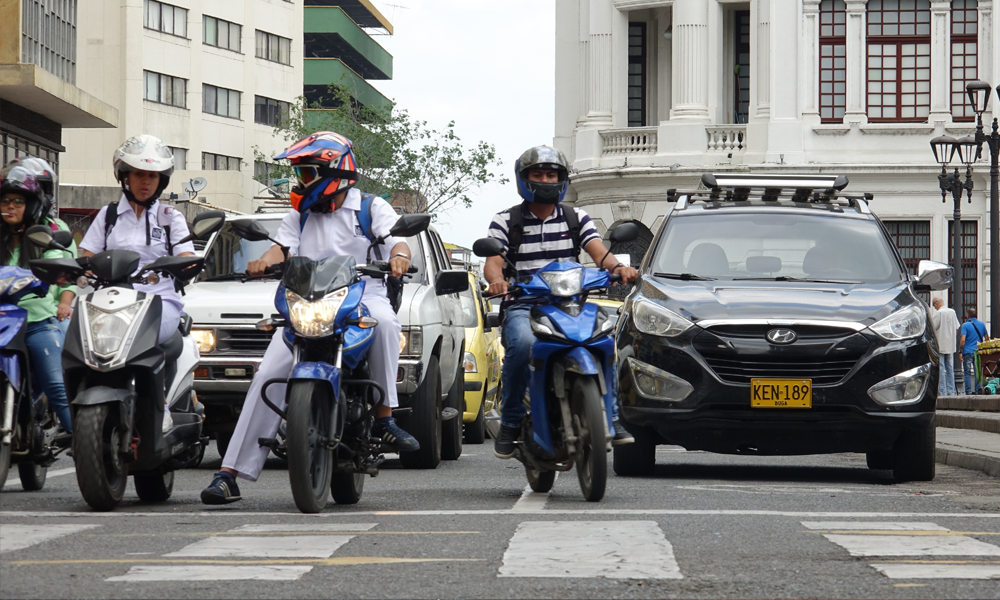 Officiel : motos et scooters n'ont plus le droit de circuler entre les voitures à l'arrêt