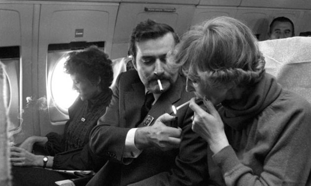 Flashback : quand la cigarette était encore autorisée dans les trains et les avions