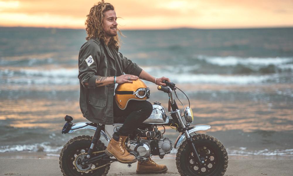 En soutien aux sinistrés de la tempête Alex, Julien Doré devient livreur de moto à domicile