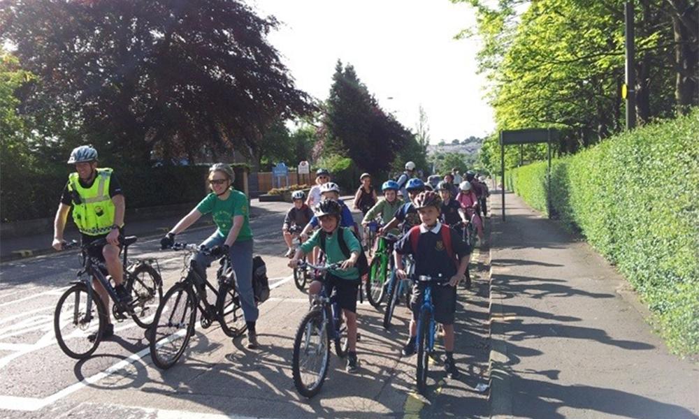 """En Écosse, les enfants vont à l'école sans polluer grâce au """"vélo-bus"""""""