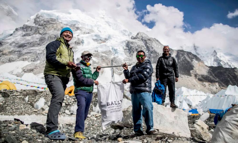 Ils escaladent l'Everest pendant 47 jours pour le nettoyer des déchets touristiques