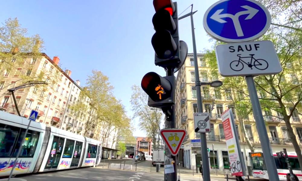 Lyon accélère et autorise les cyclistes à… griller ses feux rouges