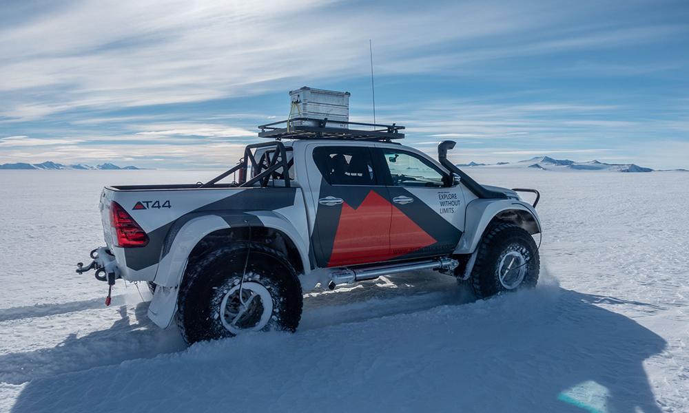 Cet aventurier écolo va rouler du pôle Sud au pôle Nord en... voiture électrique