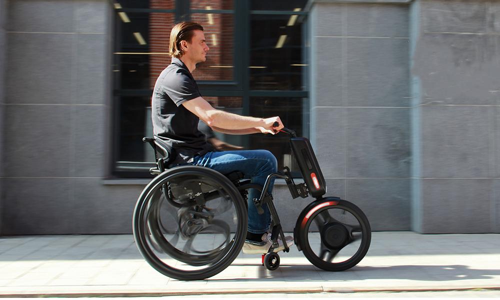 Cet accessoire transforme n'importe quel fauteuil roulant en scooter électrique