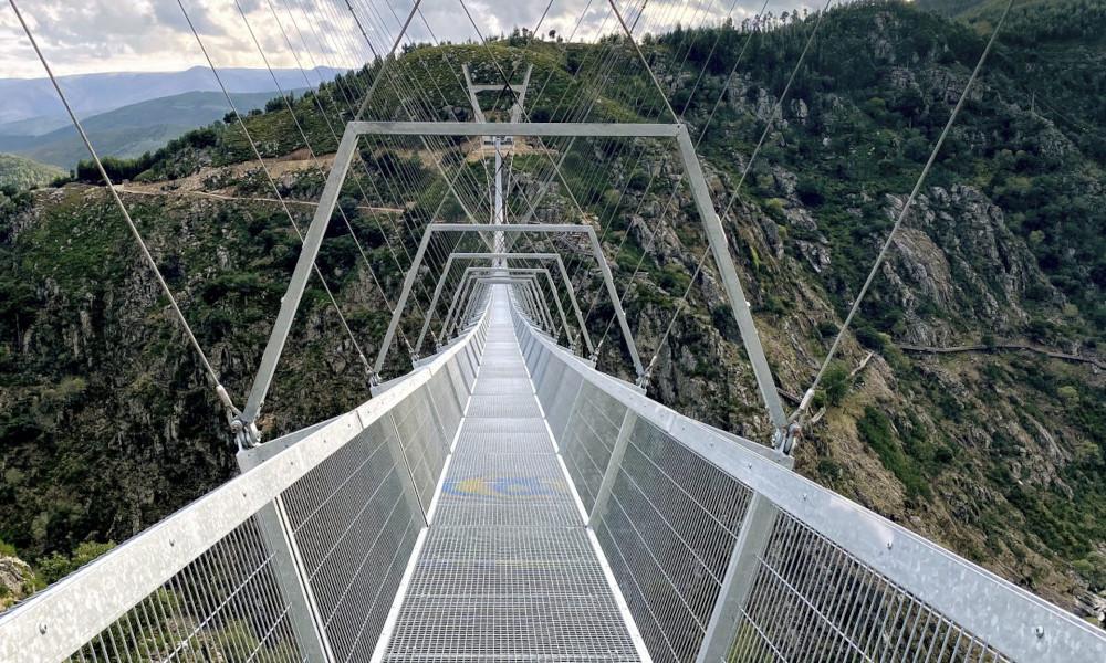 Qui veut traverser ce pont suspendu à 175 mètres au-dessus du vide?